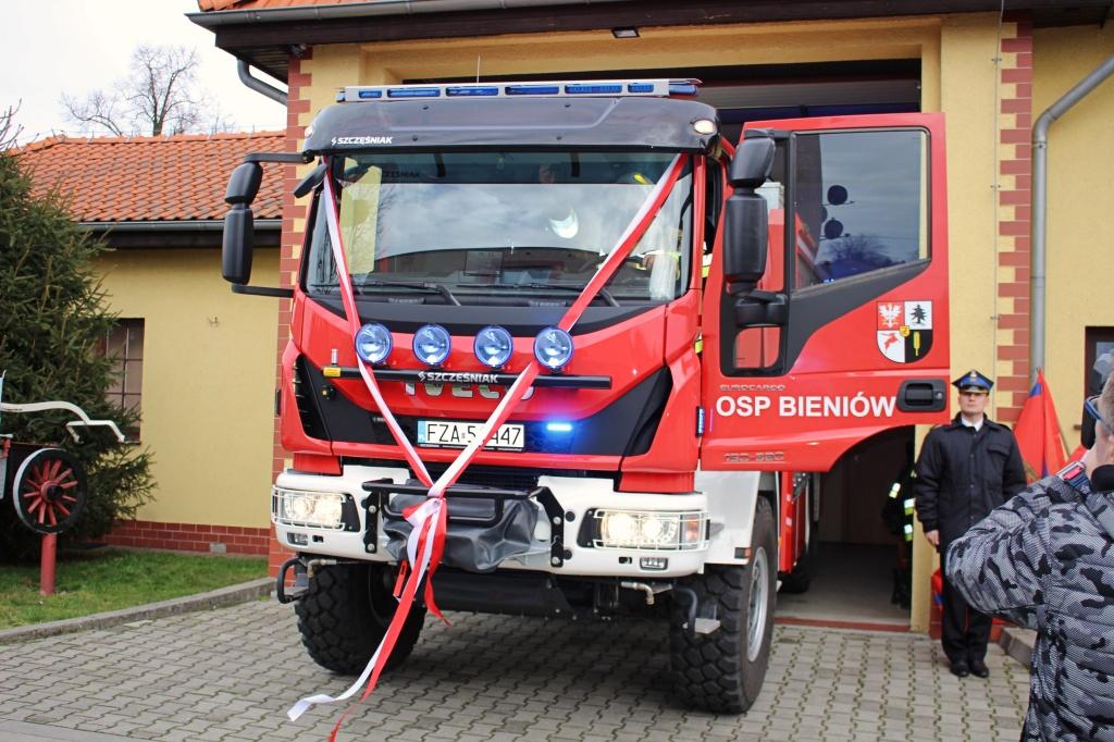 Ilustracja do informacji: Uroczyste przekazanie samochodu pożarniczego dla OSP Bieniów