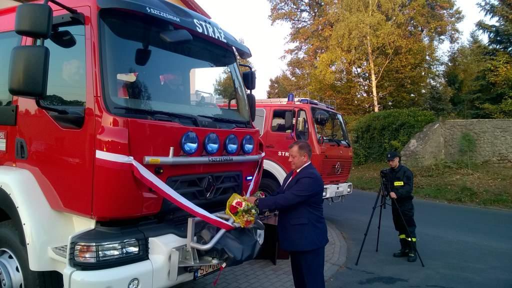 Ilustracja do informacji: Przekazanie nowego samochodu pożarniczego